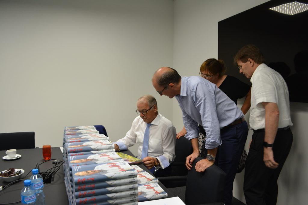 Adolf Ogi beim signieren der Bücher